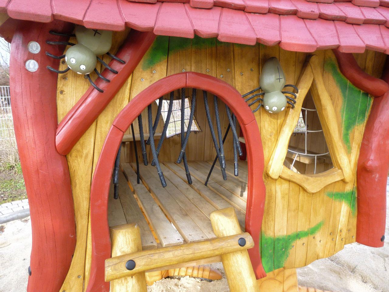 C 163 Detail Spielhaus Hexenhüttchen