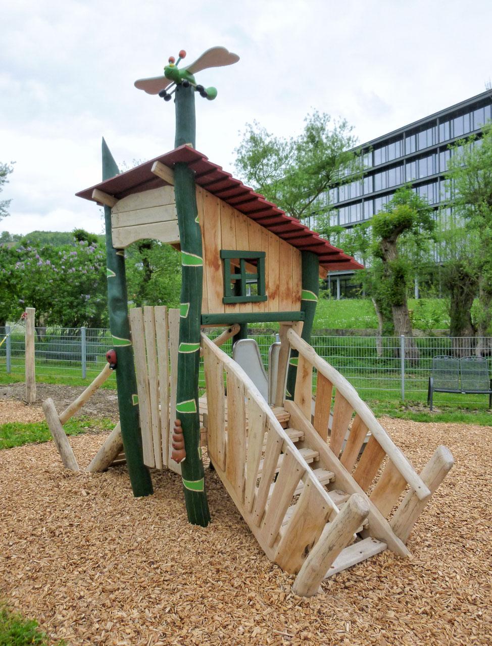 C 168 Spielhaus Gräserhaus mit Libelle