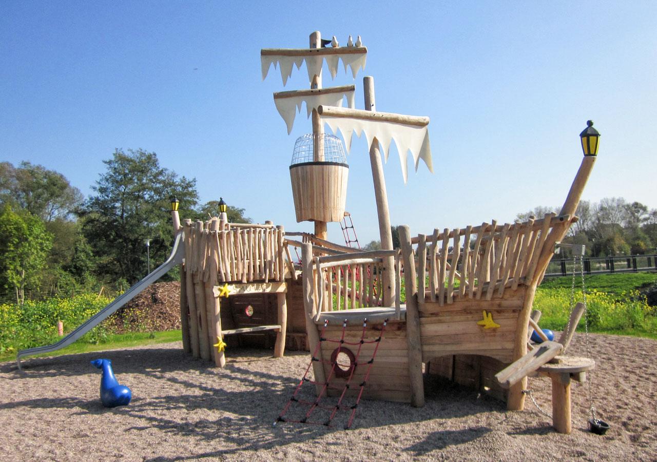 L 68 Spielschiff aus Holz