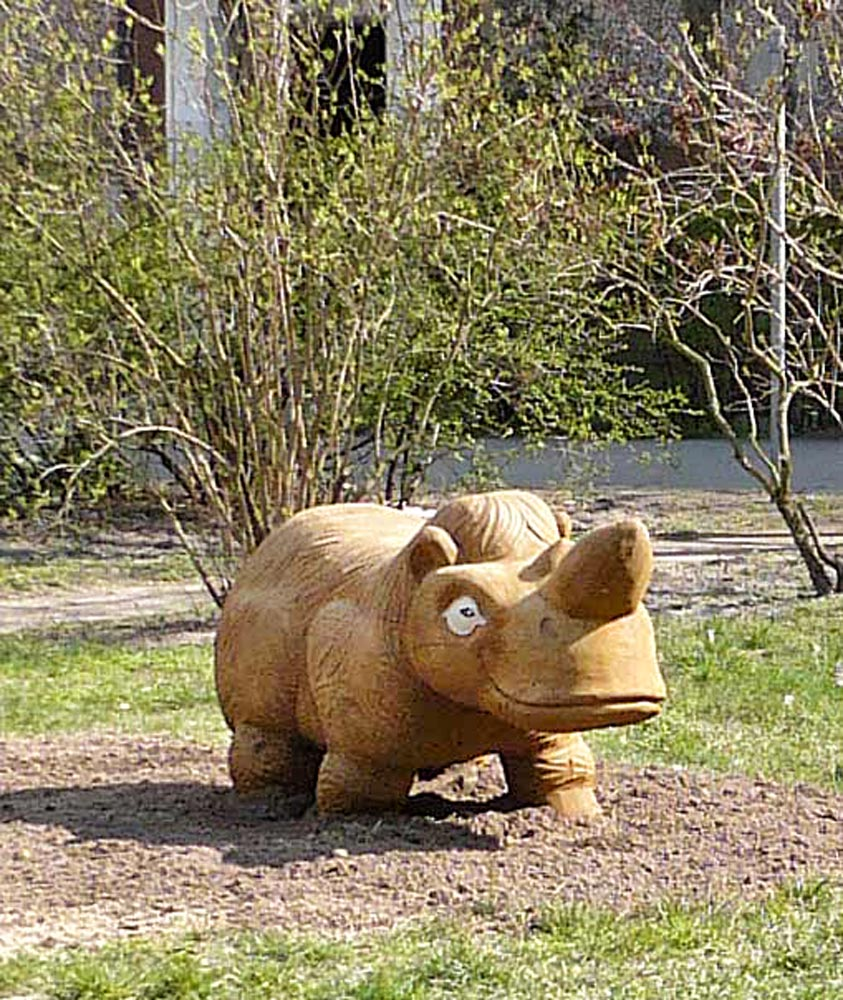 N 10 Skulptur Schmunzelnashorn