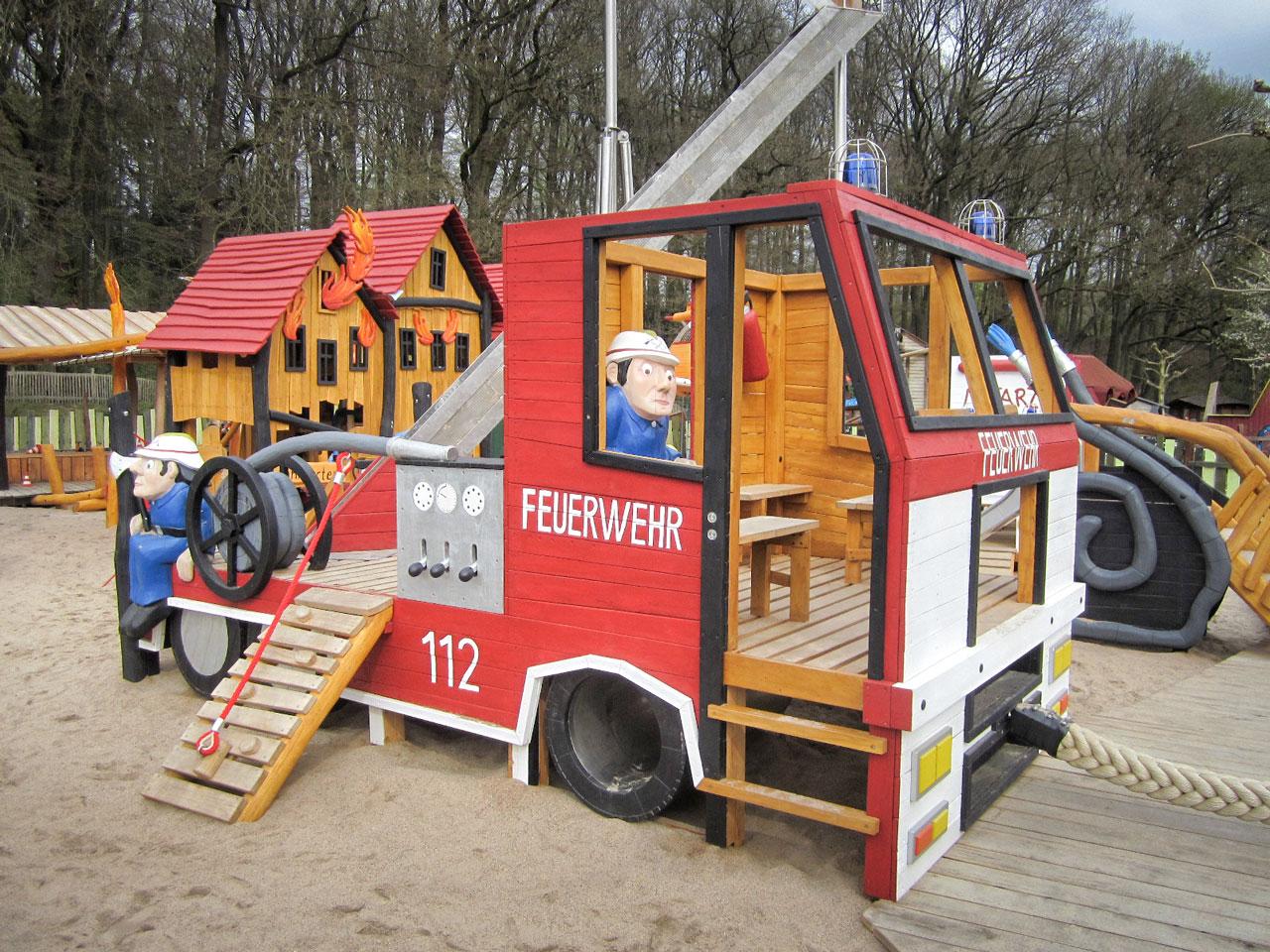N 125 Themenspielplatz Feuerwehr mit Feuerwehrauto