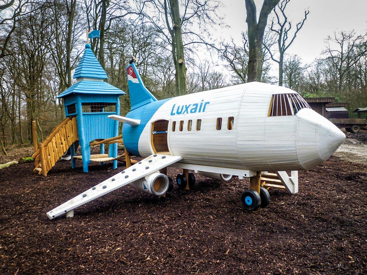 N 126 Spielplatz kleiner Flughafen mit Flugzeug