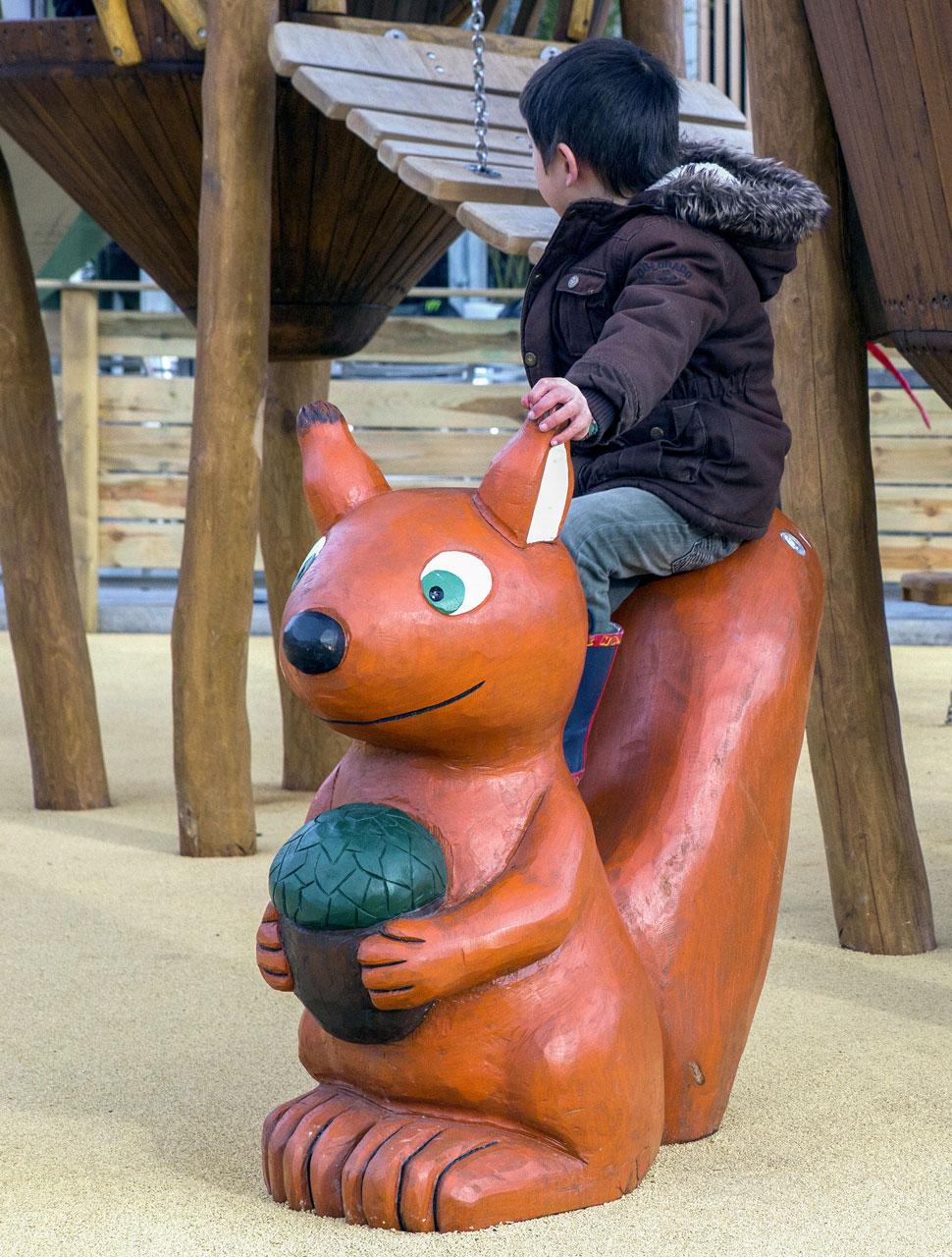 N 132 Skulptur Eichhörnchen mit Nuss | Rieseneichhörnchen