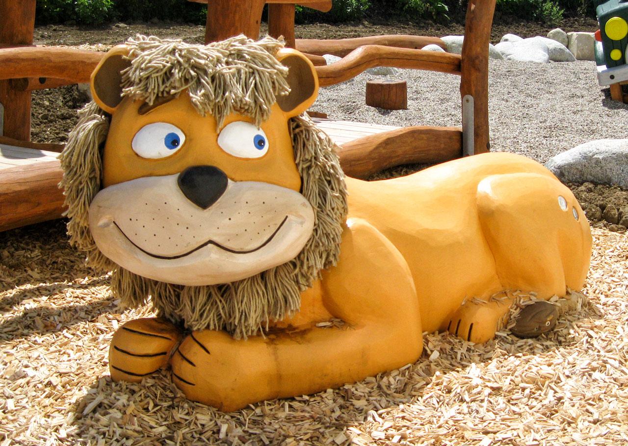 N 93 Skulptur liegender Löwe