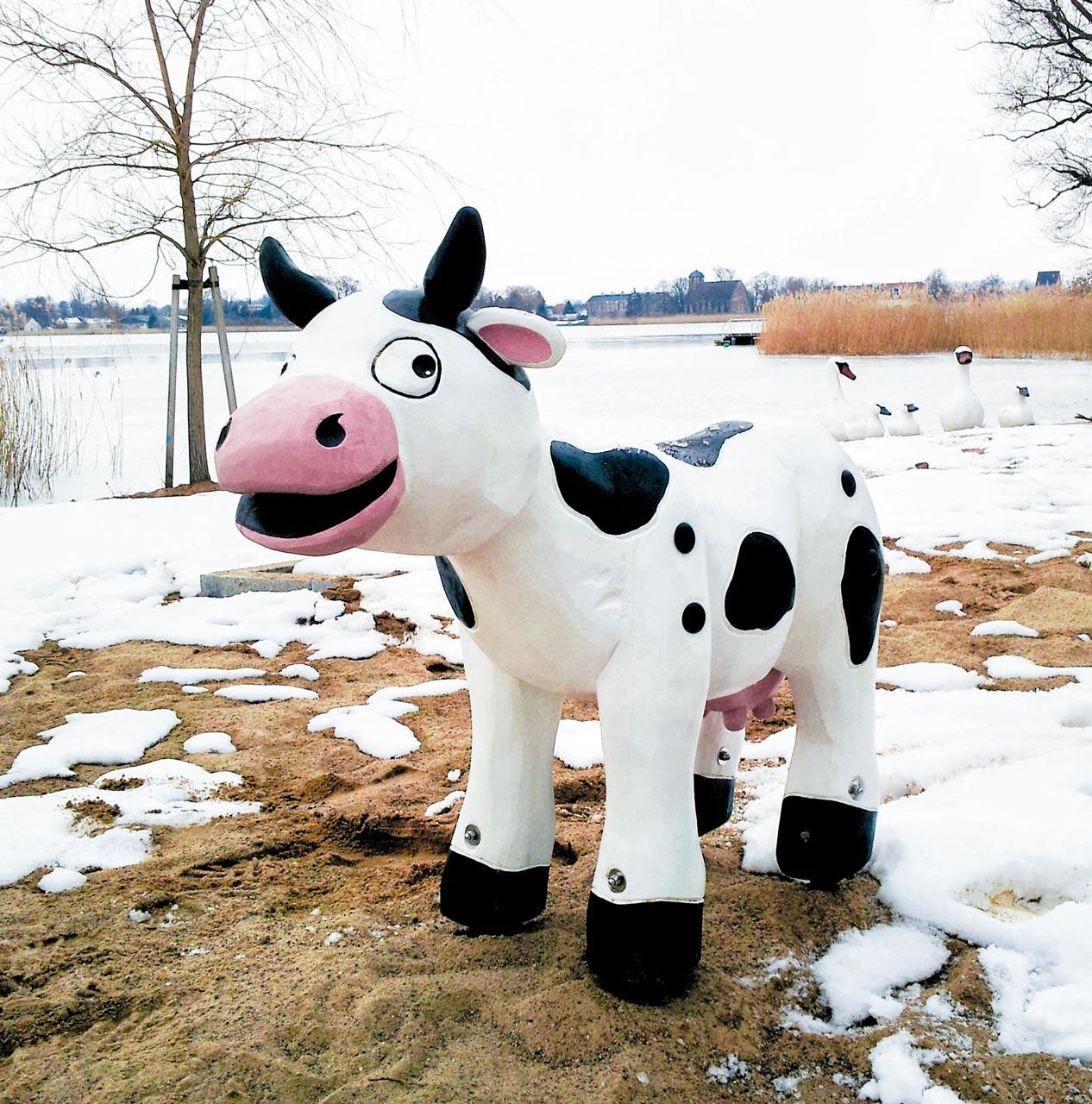 N 99 Skulptur fröhliche Kuh Martha
