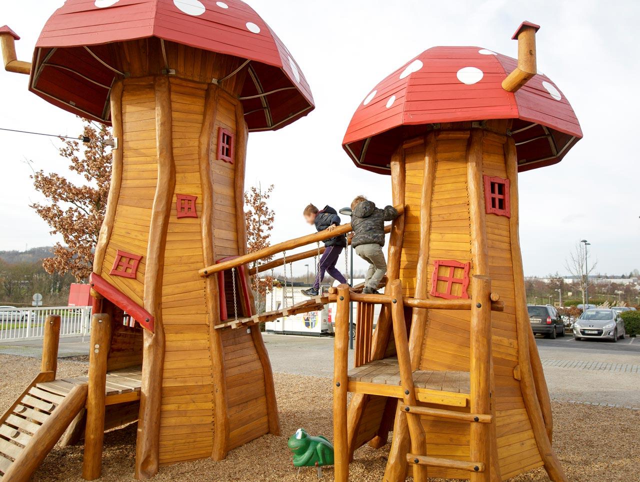 Themenspielplatz mit Fliegenpilzen, Soissons, Parc des Moulins, Frankreich