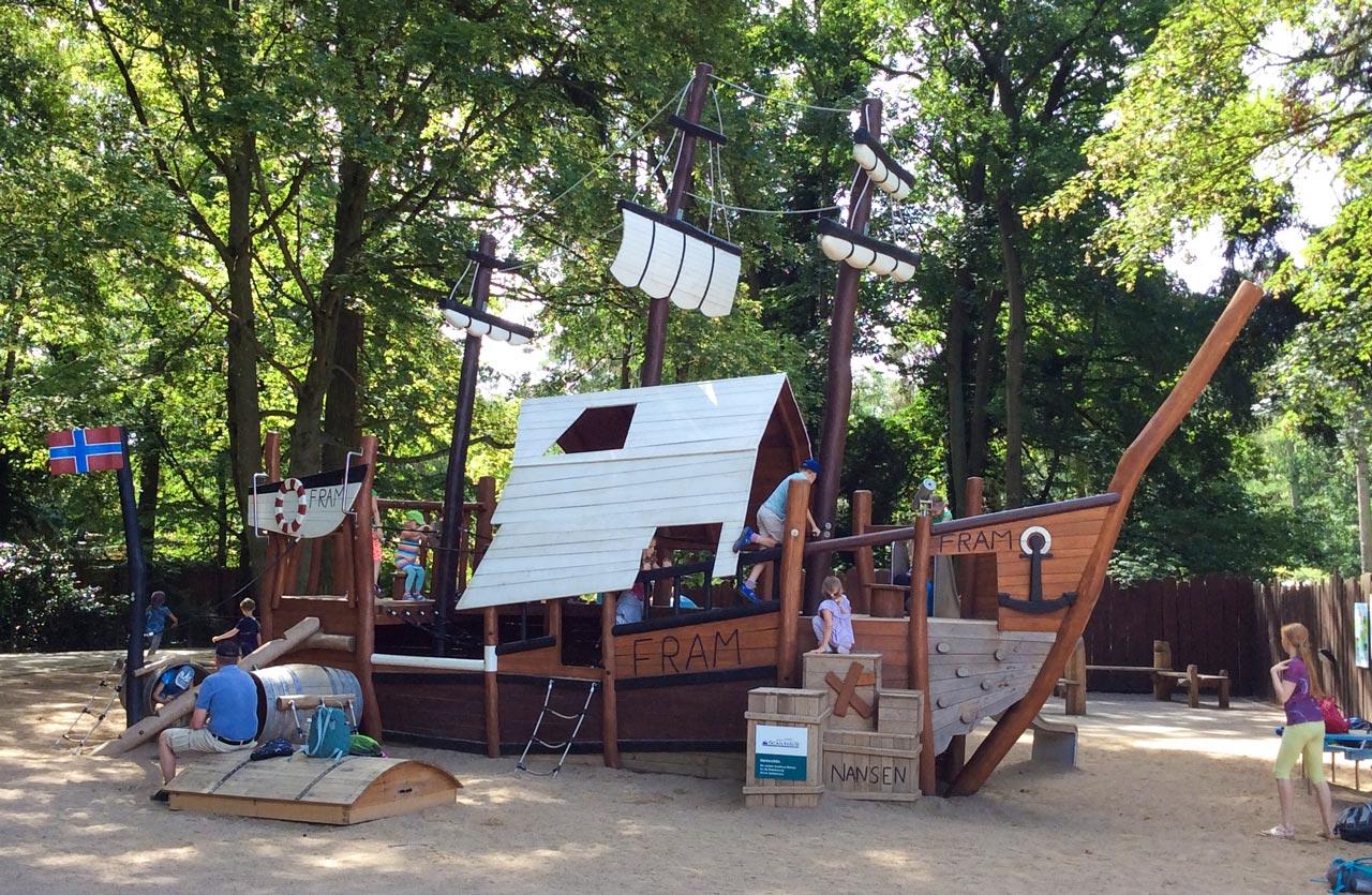 Spielschiff aus Robinienholz im Zoo Rostock